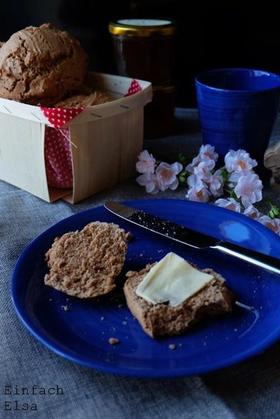 Osterbrunch-mit-Brötchen-mit.Mandelmus